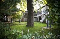 Der schöne Innenhof und Garten der Familie Reidel, in dem überall Skulpturen von Karl Reidel stehen