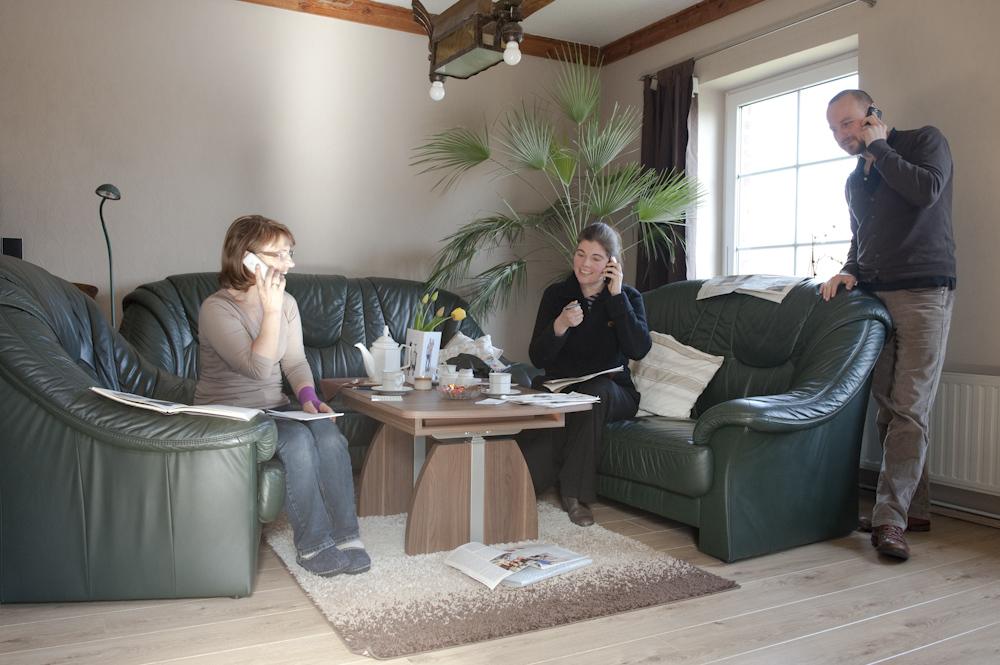 Bei der Paareprojekt-Telefonakquise im Wohnzimmer von Familie Franz