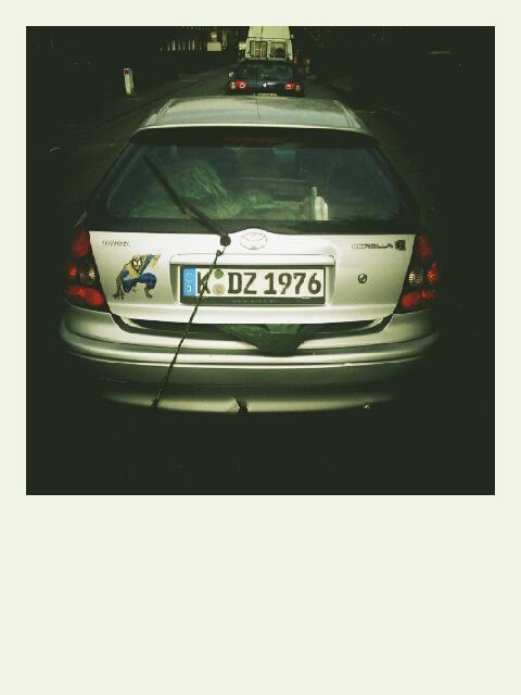 Zum letzten Mal mussten wir unser Equipment in den kleinen Corolla quetschen und mit offener Heckklappe durch Deutschland fahren.